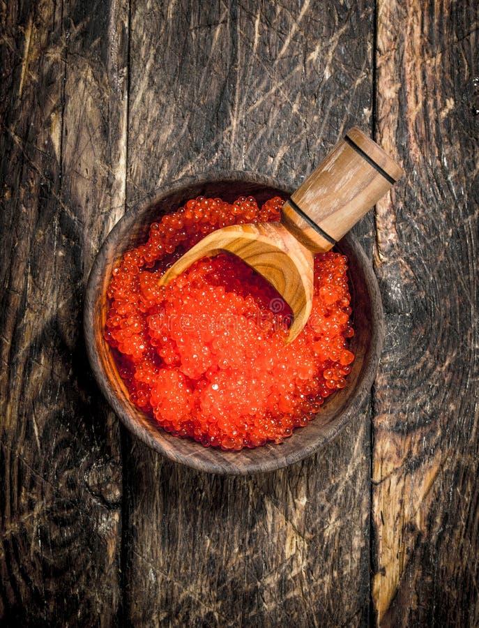 röd kaviar i en bunke med en skyffel fotografering för bildbyråer