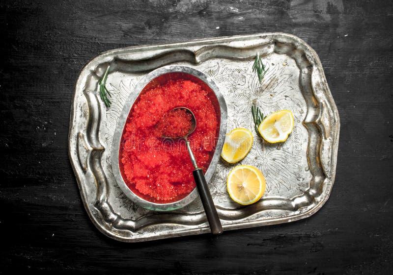 röd kaviar med citronskivor royaltyfri foto