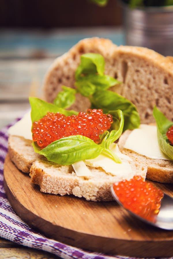 Röd kaviar på bröd arkivfoto