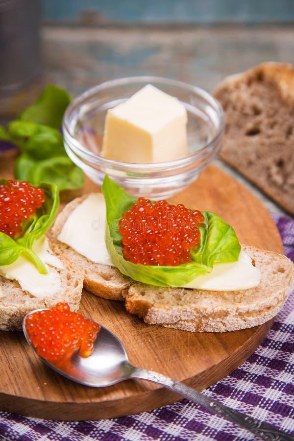 Röd kaviar på bröd arkivbilder