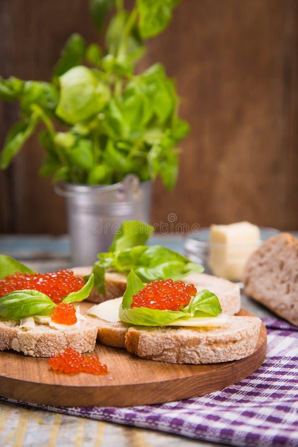 Röd kaviar på bröd fotografering för bildbyråer