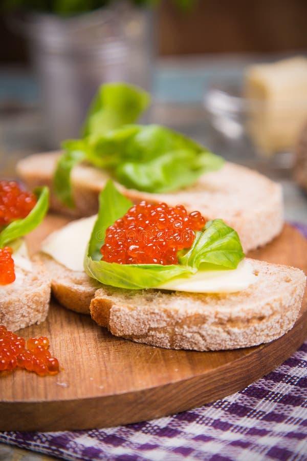Röd kaviar på bröd arkivbild