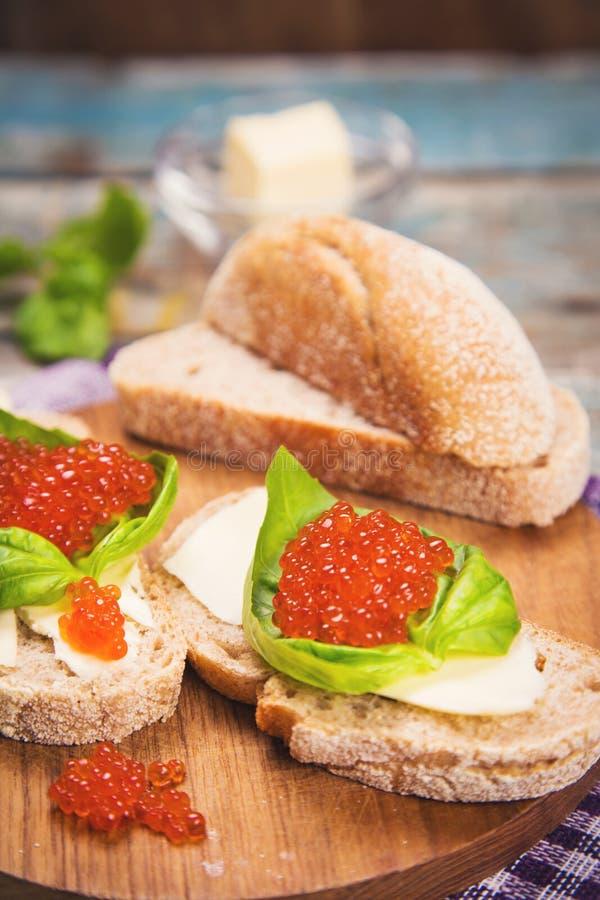Röd kaviar på bröd royaltyfri bild