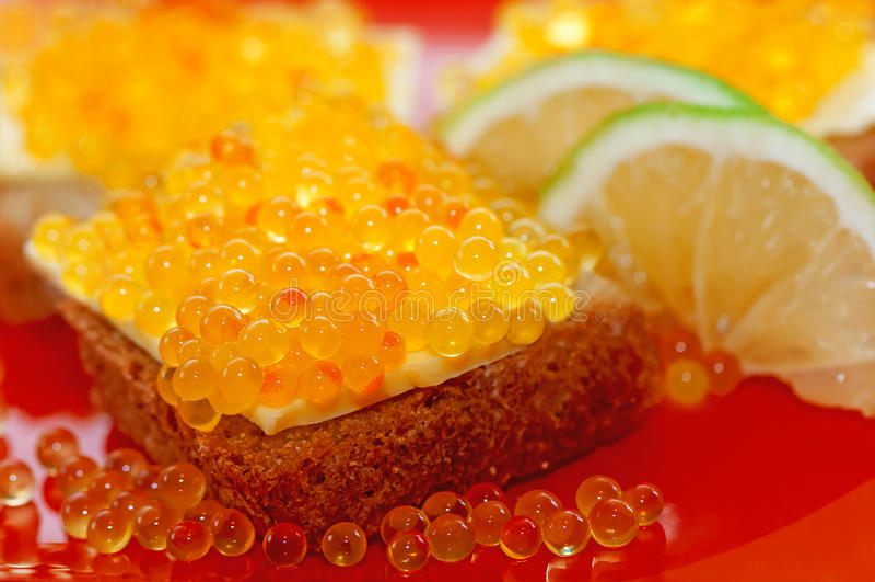 Röd kaviar på bröd royaltyfri foto