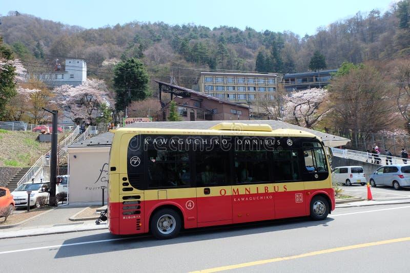 Röd Kawguchigo omnibuss arkivbild
