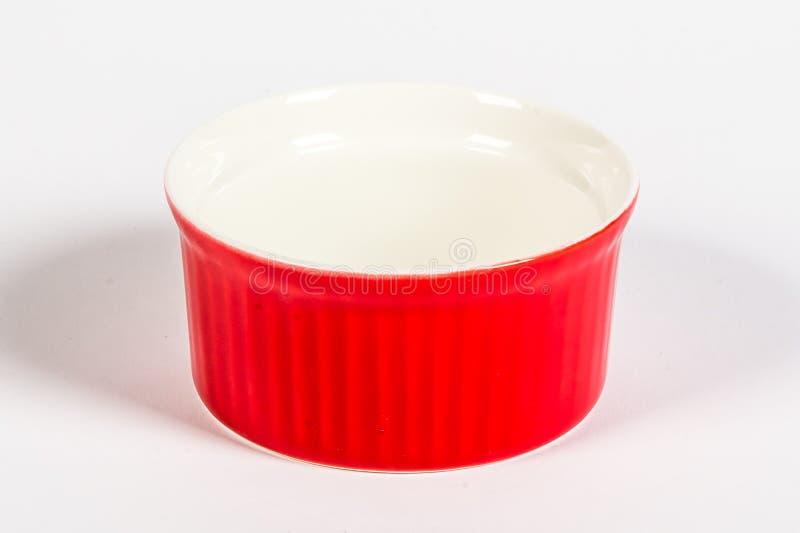 Röd keramisk form i en panna för att baka disk royaltyfri foto