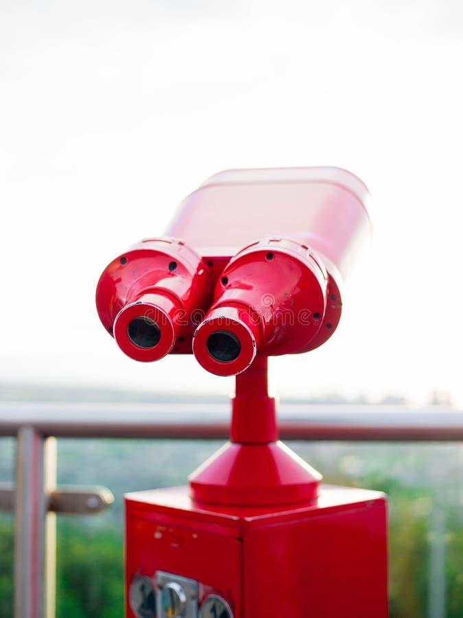 Röd kikare för att beskåda, backgroun för kopieringsspaselopp arkivbilder