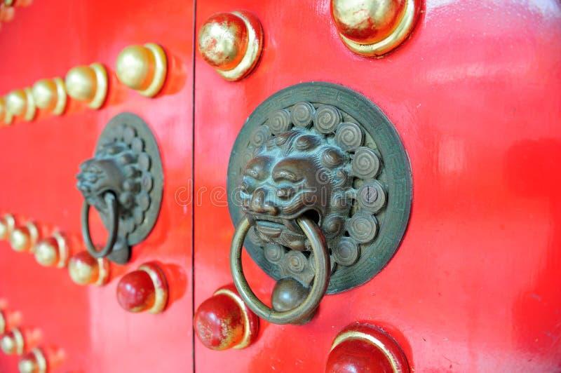 Röd kinesisk dörr i Hong Kong fotografering för bildbyråer