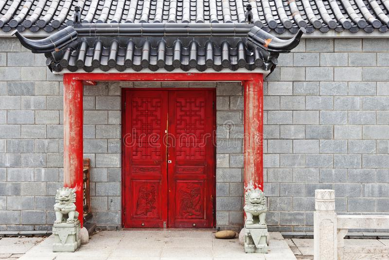 Röd kinesisk dörr till templet royaltyfria foton