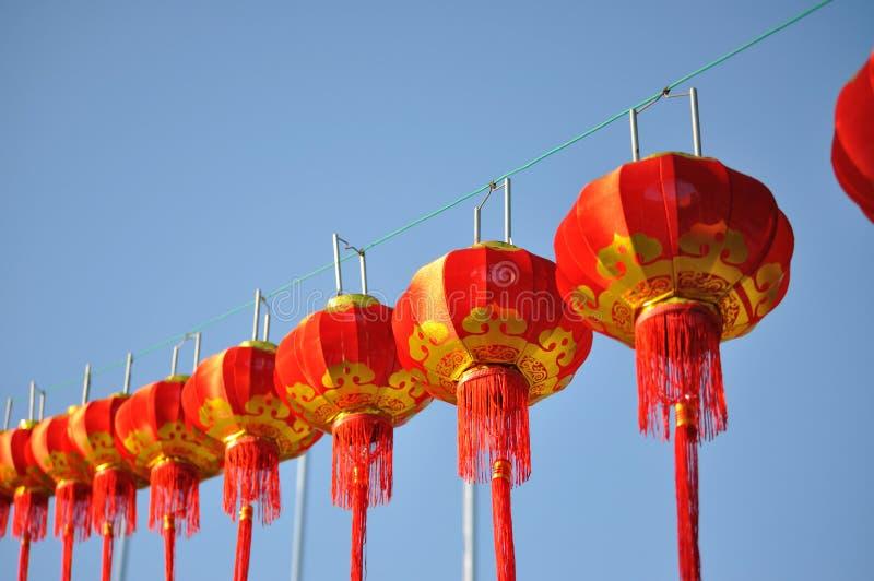 Röd kinesisk lykta mot blå himmel royaltyfri fotografi