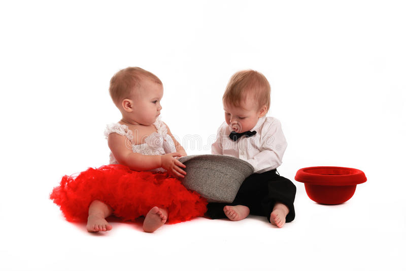 Röd kjolhatt för flicka och pojkehatt, förälskelse, valentin dag arkivfoto