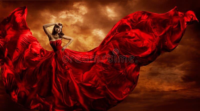 Röd klänning för kvinna som flyger siden- tyg, modemodell Dance Storm royaltyfria bilder