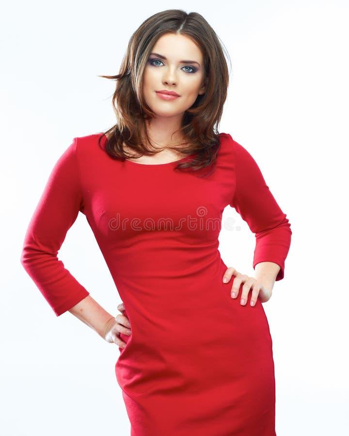 Röd klänningstående för kvinna som isoleras på vit bakgrund le arkivbilder