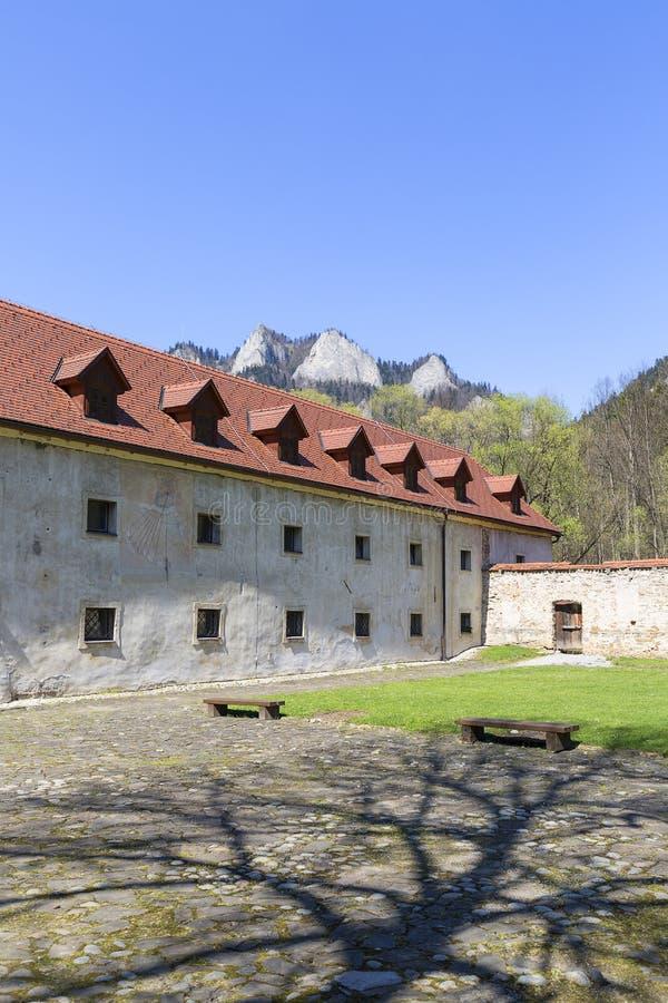 Röd kloster, omgeende vägg, borggård och sikt på tre kronor massiv, Slovakien arkivfoton