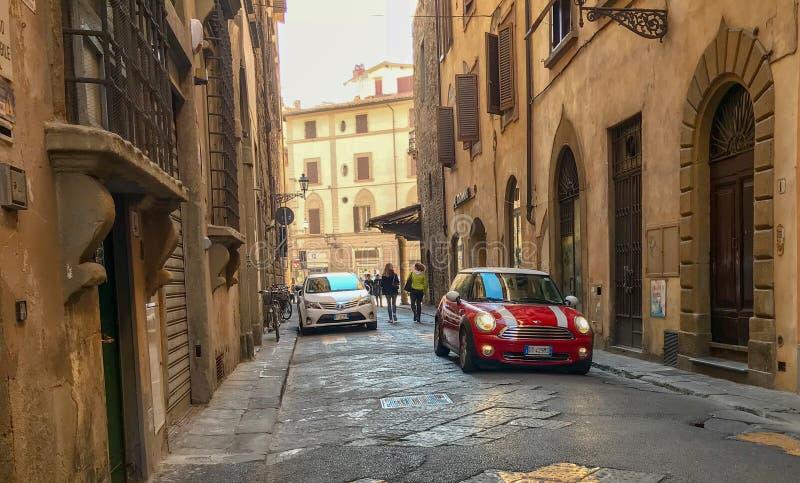 Röd kortkort som parkeras på en Florentine gata, Italien arkivbild