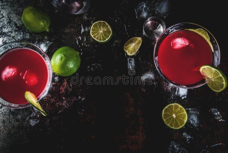 Röd kosmopolitisk coctail med limefrukt royaltyfri foto