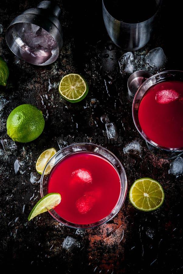 Röd kosmopolitisk coctail med limefrukt fotografering för bildbyråer