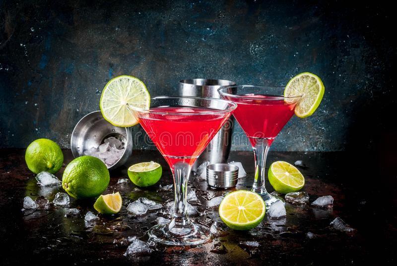 Röd kosmopolitisk coctail med limefrukt royaltyfri bild