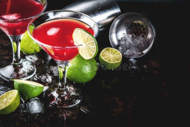 Röd kosmopolitisk coctail med limefrukt royaltyfria foton