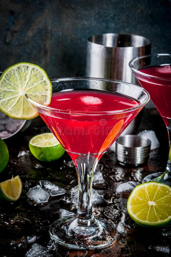 Röd kosmopolitisk coctail med limefrukt royaltyfri fotografi