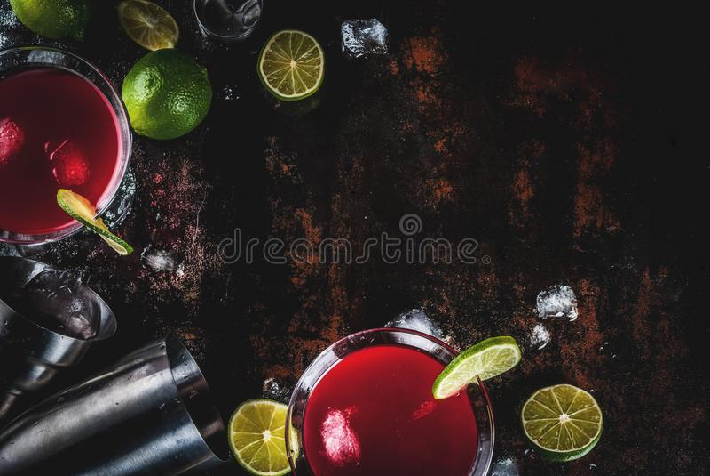 Röd kosmopolitisk coctail med limefrukt arkivbilder
