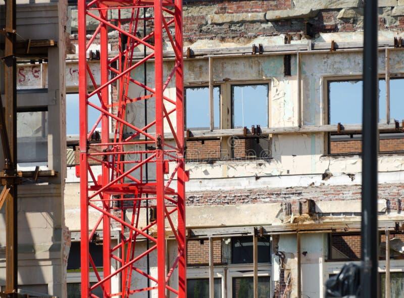 Röd kran på rivningplatsen på regeringgatan royaltyfria bilder