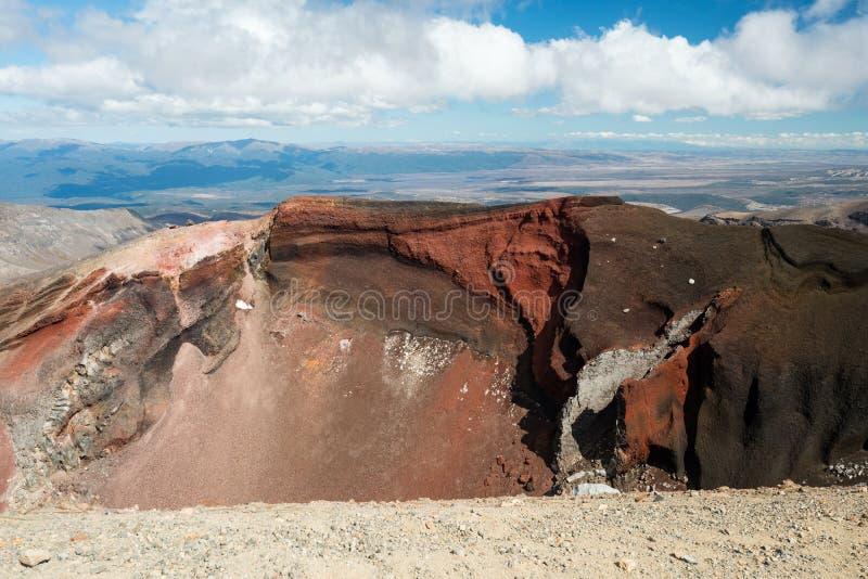 Röd krater i den Tongariro nationalparken i Nya Zeeland fotografering för bildbyråer