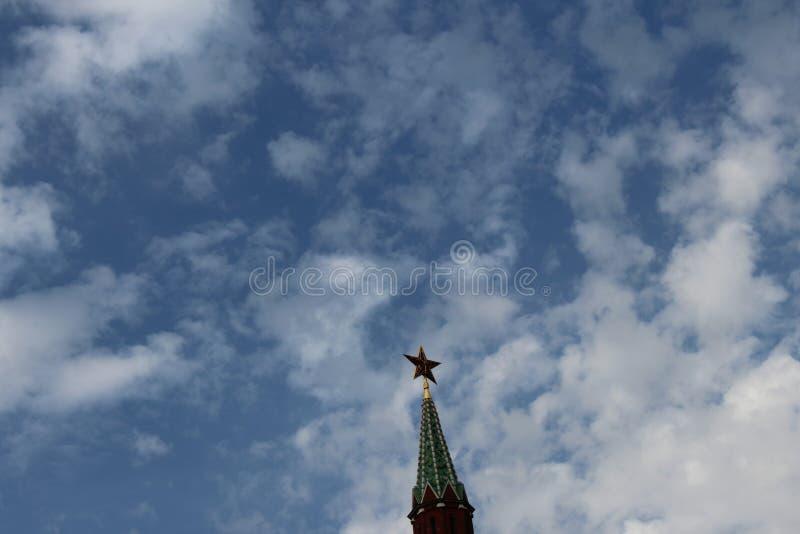 Röd Kremlstjärna på tornspiran av MoskvaKremltornet i Moskva arkivbilder