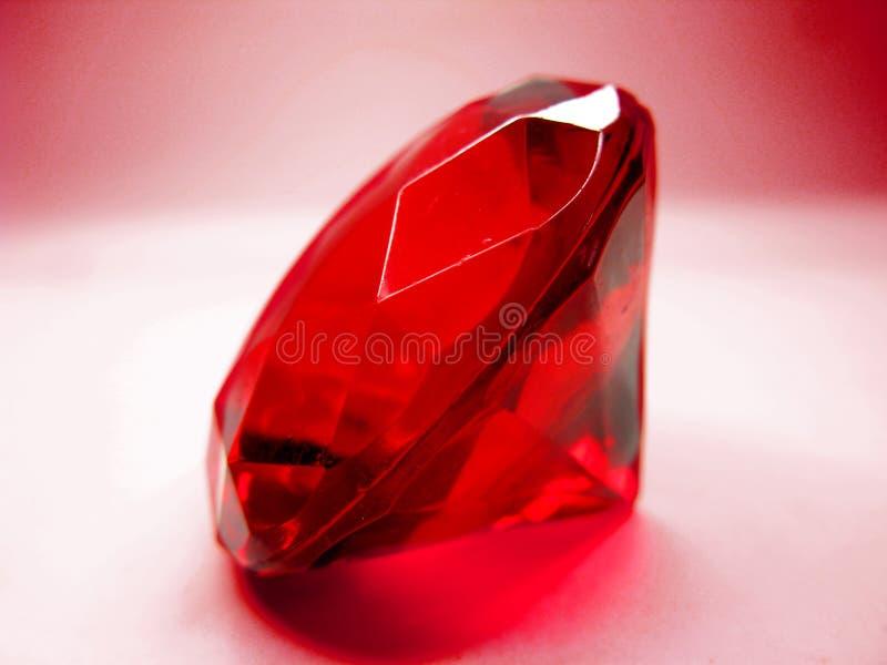 Röd kristall för rubinädelstensten arkivfoton