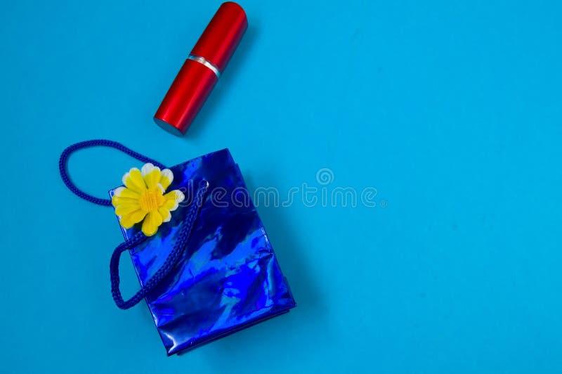 Röd läppstift, förpacka, begreppet av gåvan royaltyfri fotografi
