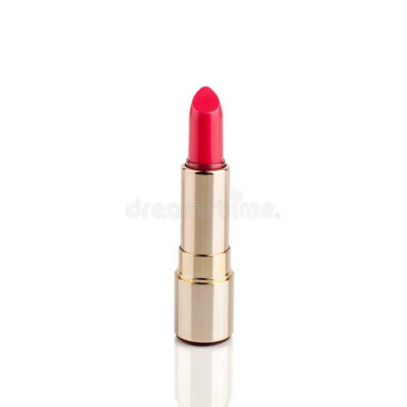 Röd läppstift i guld- rör på vit bakgrund med spegelreflexion på isolerat slut för exponeringsglas yttersida upp, öppen rosa läpp arkivfoton
