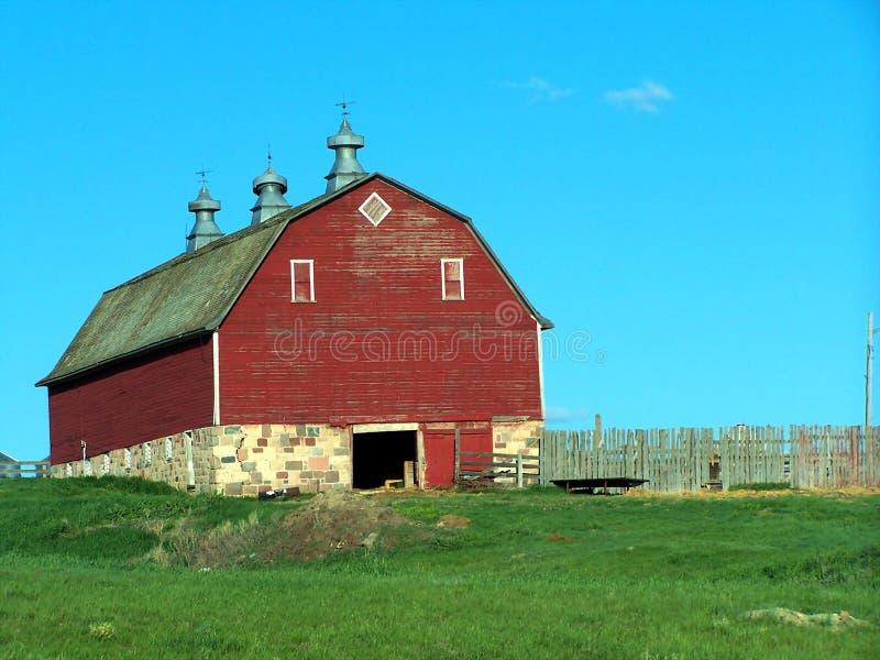 Röd ladugård arkivfoto