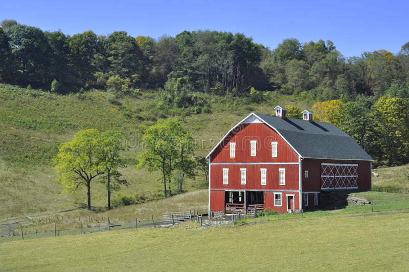 Röd ladugård för land arkivfoton