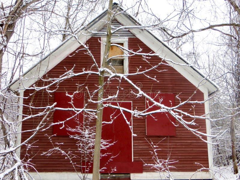 Röd ladugård i vinter arkivfoto