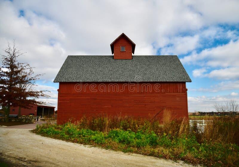 Röd ladugård på Peck Family Farm royaltyfria foton