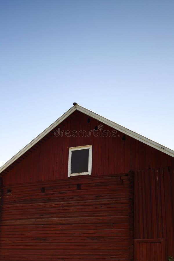 Röd ladugård under himlen fotografering för bildbyråer