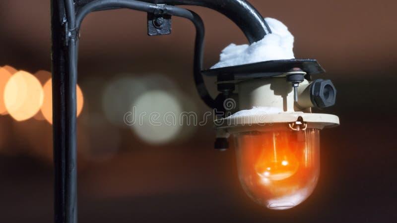 Röd lampa på skeppet i mörkret fotografering för bildbyråer