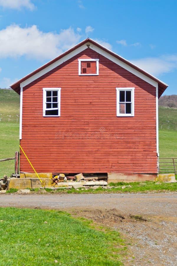 Röd lantgårdbyggnad arkivfoto