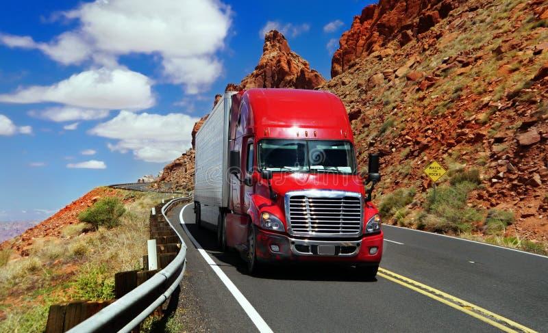 Röd lastbil på huvudvägen royaltyfria foton