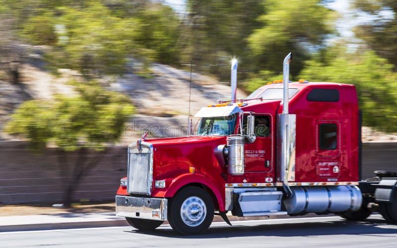 Röd lastbil på remsan, Las Vegas Boulevard, Las Vegas, Nevada, USA, Nordamerika arkivfoton