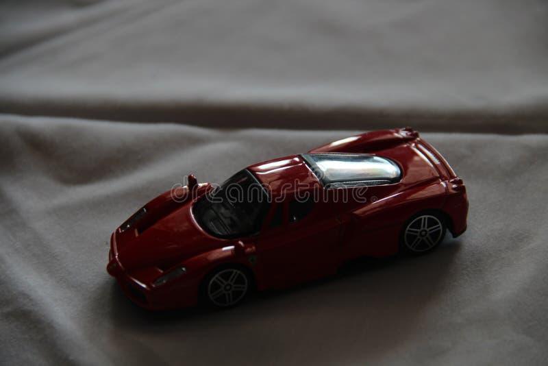 Röd leksakbil under ligth royaltyfria bilder