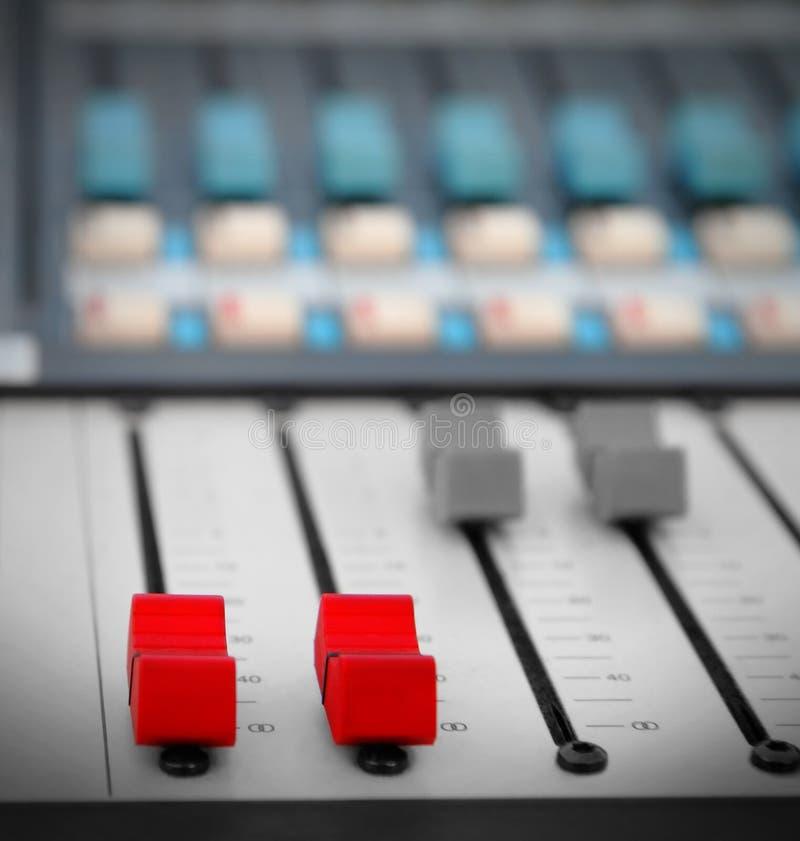 Röd ljudsignal sound blandare royaltyfri fotografi