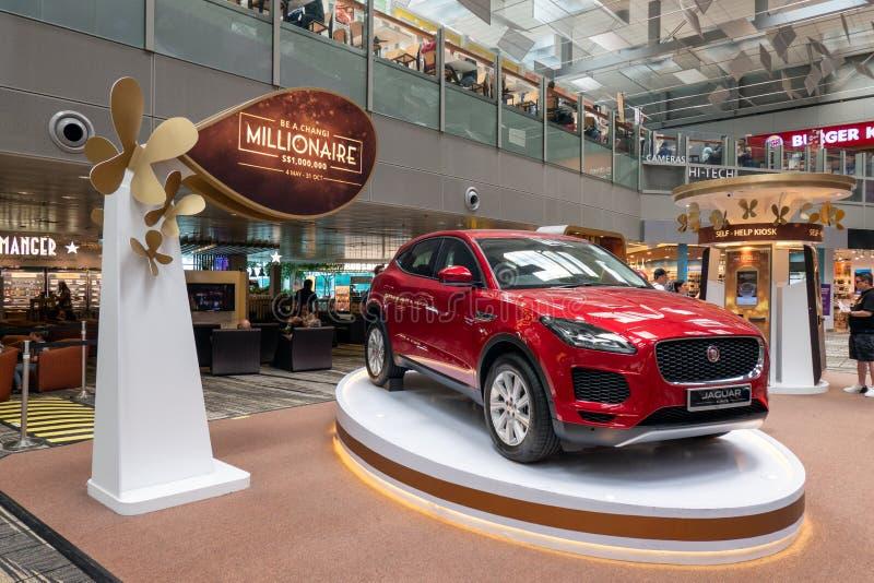 Röd lyxig Jaguar bilvisning i korridor av den stora utmärkelsen som segrar händelse på flygplatsen arkivbilder