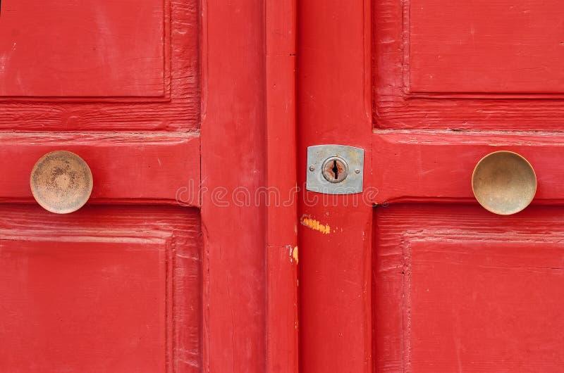 Röd målad trädörr fotografering för bildbyråer