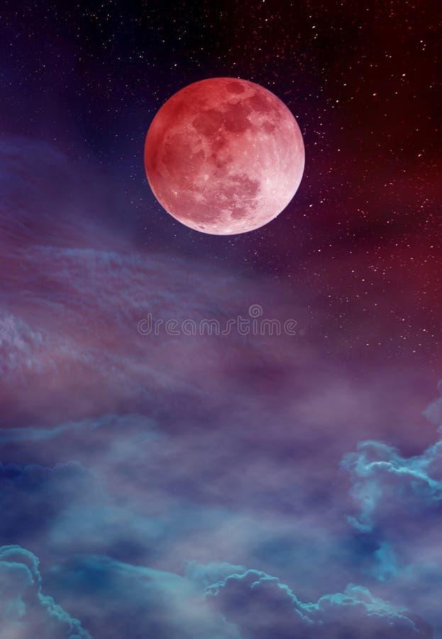 Röd måne eller blodmåne med många stjärnor och moln på färgrik sk arkivfoto