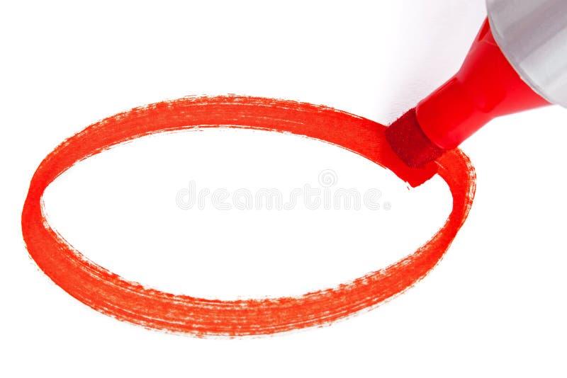 Röd markörpenna som drar en cirkel royaltyfri foto