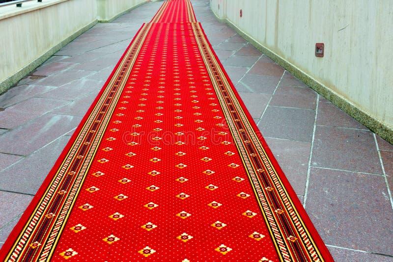Röd matta på trappan royaltyfri foto