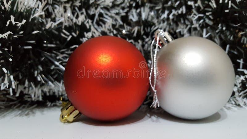 Röd matte julbollgarnering med en silverbollgarnering arkivfoton