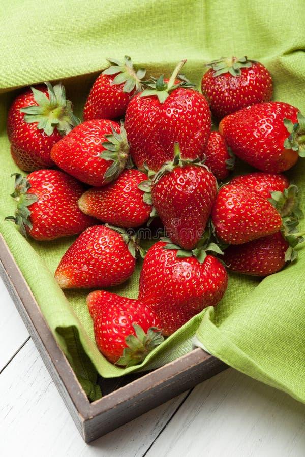 Röd mogen ny jordgubbebakgrund fotografering för bildbyråer