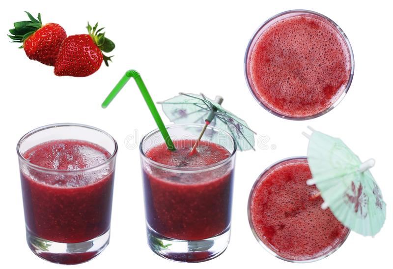 Röd ny sammanpressad fruktsaft för jordgubbe i en genomskinlig exponeringsglaskopp på en isolerad vit bakgrund med jordgubbebär royaltyfri foto